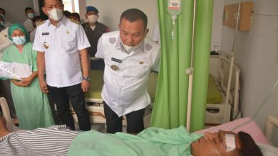 Photo of Wali Kota Sibolga Besuk Sopir Damkar yang Alami Kecelakaan