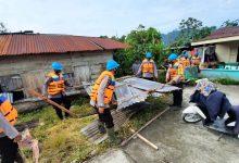 Photo of Brimob Sumut Bantu Evakuasi dan Pembersihan di 5 Desa Kena Puting Beliung