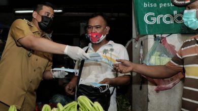 Photo of Bagi Masker dan Hand Sanitizer, Bobby: Bapak dan Ibu, Saya Minta Protokol Kesehatan Dijaga