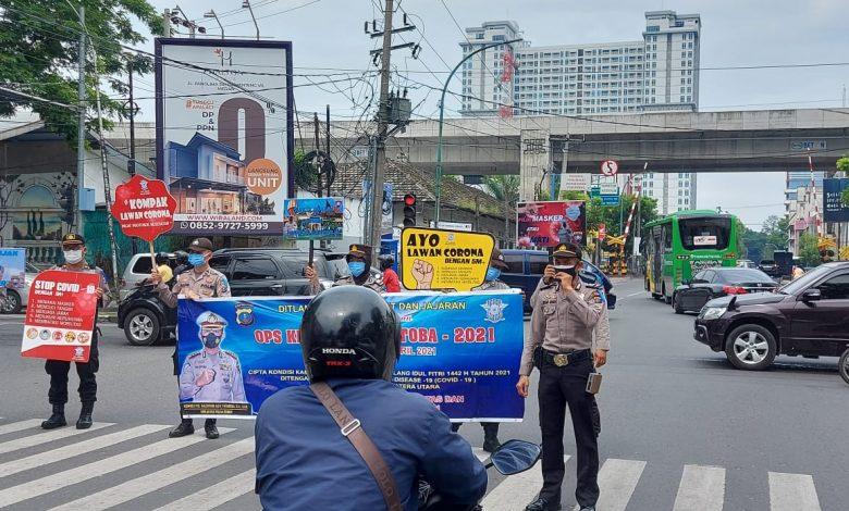 Photo of Ops Keselamatan Toba, Pengendara Tidak Pakai Masker Dipasangi Stiker