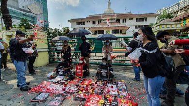 Photo of Bobby Enggan Minta Maaf, Jurnalis Tabur Bunga di Depan Pemko Medan