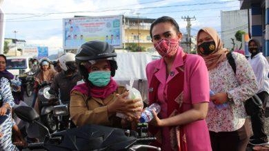 Photo of Ketua Cabang Bhayangkari Polres Labuhanbatu Berbagi Takjil dan Masker