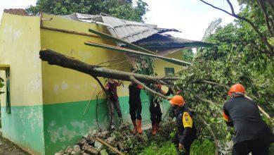 Photo of Brimob Bantu Proses Evakuasi Korban Puting Beliung di Sergai