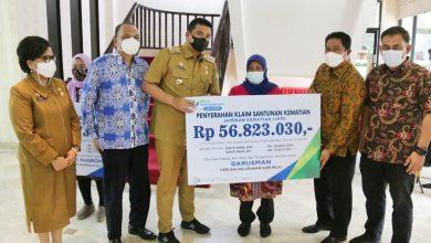 Photo of Wali Kota Medan Serahkan Klaim Santunan JKM dan JHT