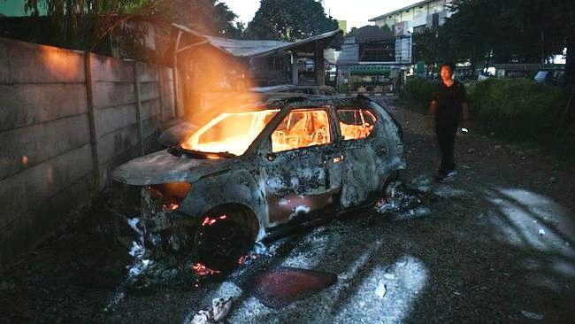 Photo of Sakit Hati Diputus Cinta, Pria di Makassar Bakar Mobil Mantan Pacarnya